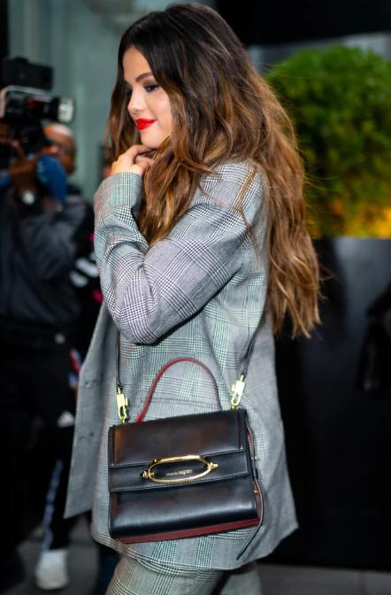 Hikaye çantasını taşıyan Selena Gomez